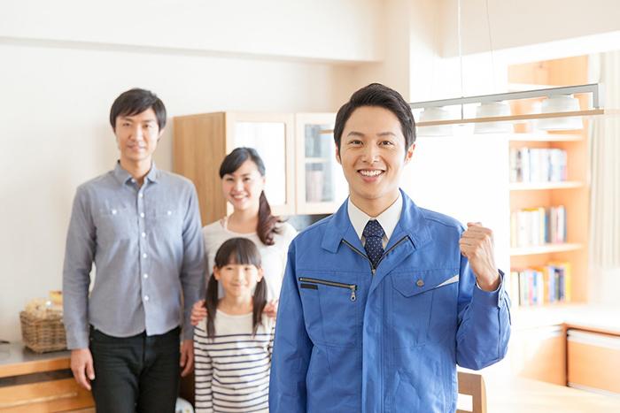 作業員の男性と3人家族