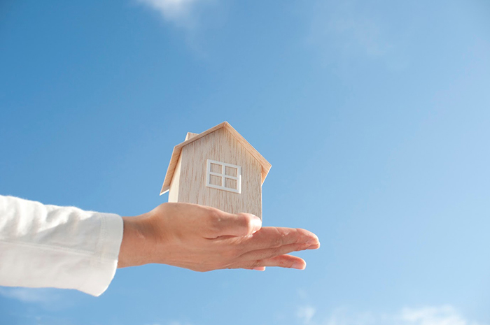 手のひらの上の家の模型