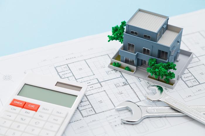 設計図と模型と電卓と工具